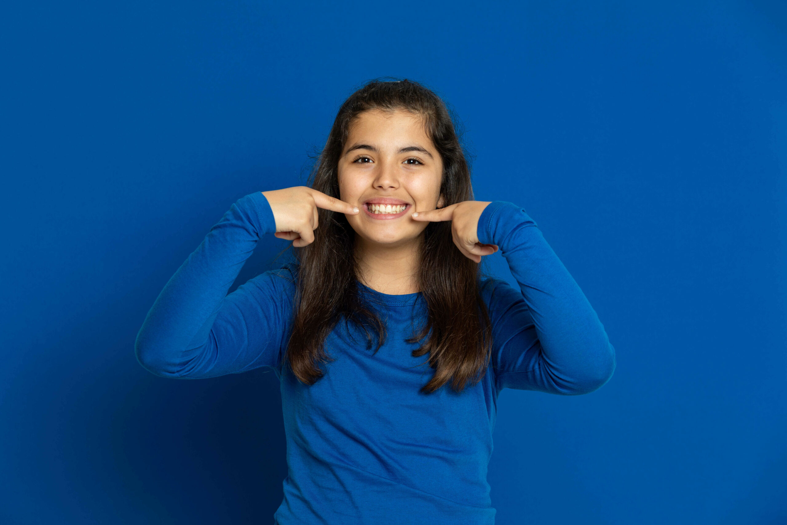 adorable-preteen-girl-on-a-blue-background-in-chicago